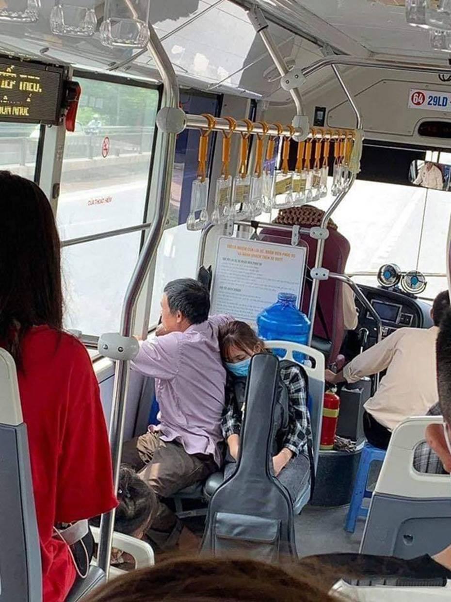 Xúc động cảnh con gái ngủ gục vào lưng bố trên chuyến xe bus nhập học: Ngủ đi con, mai chỉ còn mình con trên thành phố thôi đấy!-1