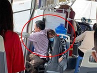 Xúc động cảnh con gái ngủ gục vào lưng bố trên chuyến xe bus nhập học: Ngủ đi con, mai chỉ còn mình con trên thành phố thôi đấy!