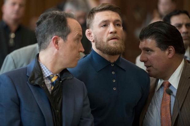 Bị từ chối lời mời rượu, võ sĩ MMA kiếm tiền giỏi nhất thế giới gây sốc khi đấm thẳng vào mặt một ông lão-1