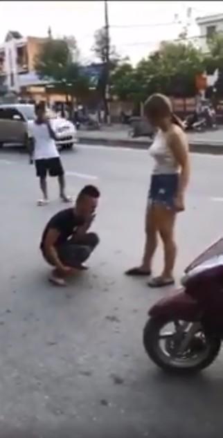 Nam thanh niên hạ mình quỳ xuống níu kéo người yêu giữa phố nhưng lại bị cô gái phũ phàng đá vào mặt-4