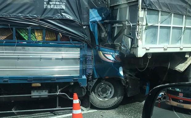 Xe tải nổ lốp bị một xe khác lao tới tông trúng, tài xế tử vong trên cabin-1