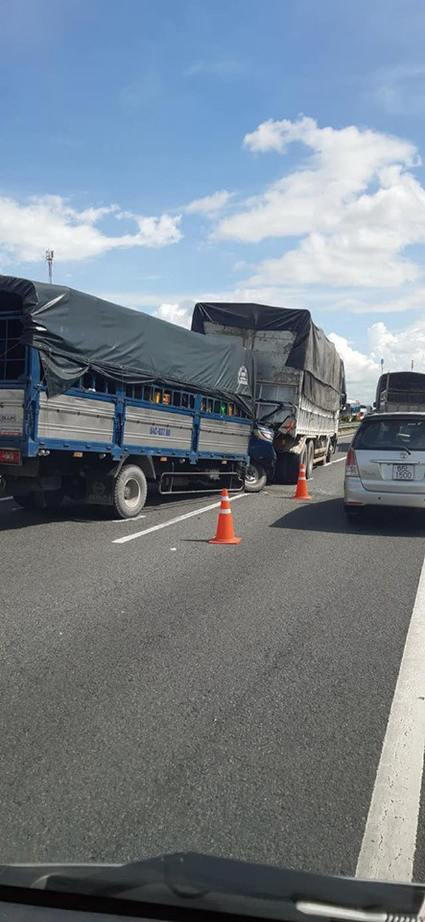 Xe tải nổ lốp bị một xe khác lao tới tông trúng, tài xế tử vong trên cabin-2
