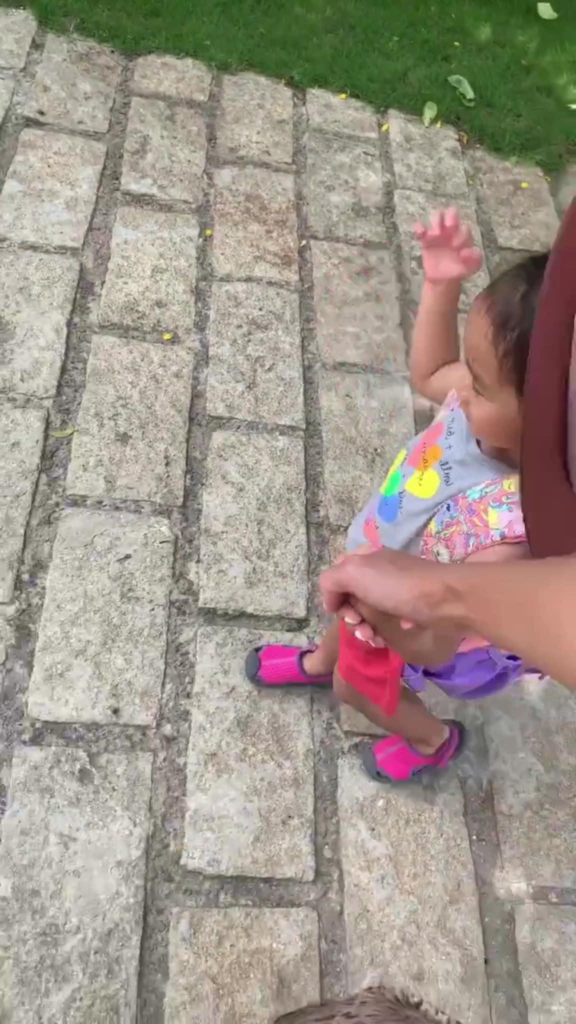 Tăng Thanh Hà dắt con gái đi học, vô tình làm lộ mặt gương mặt cô bé vì sự cố bất ngờ-2
