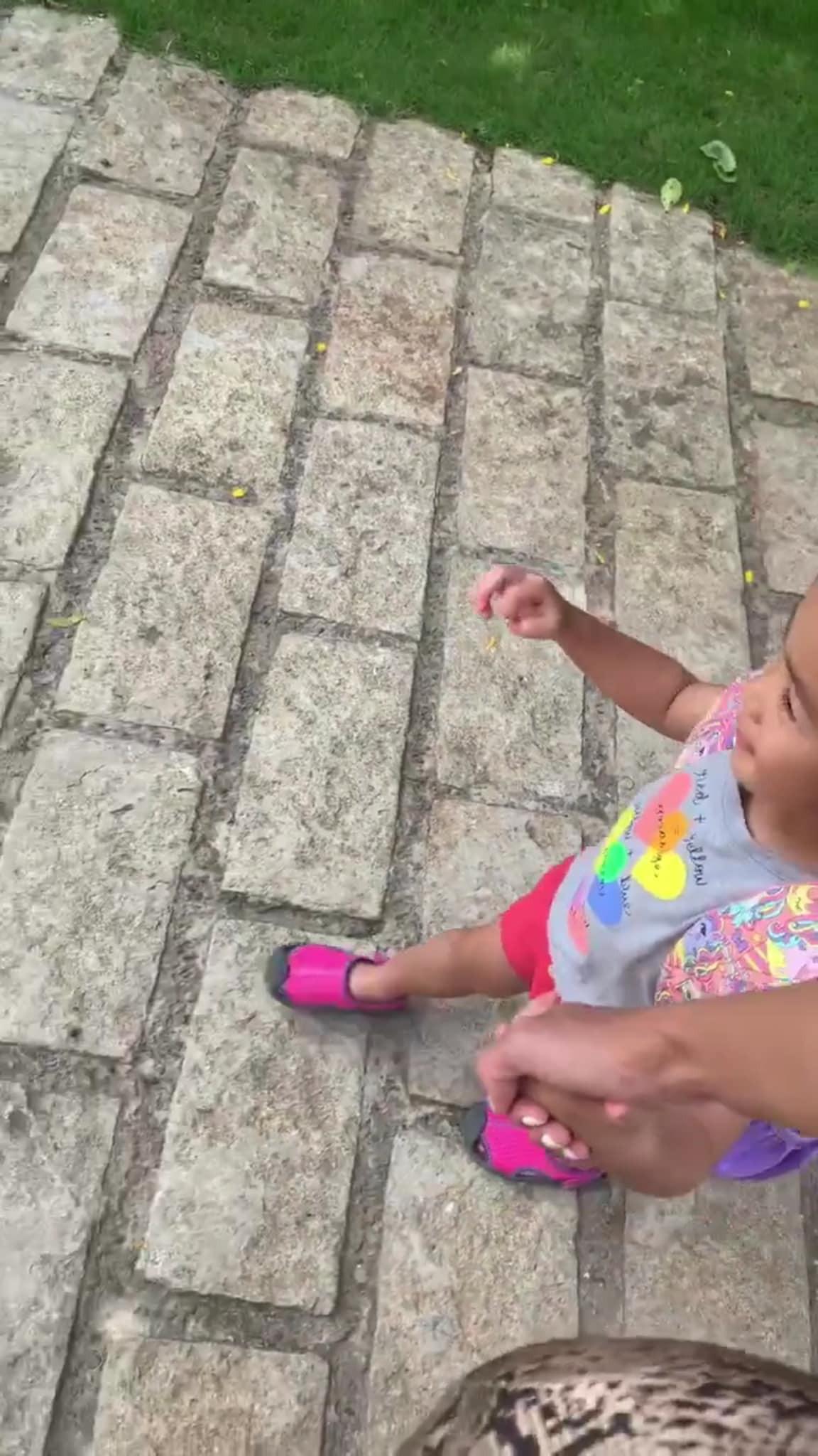 Tăng Thanh Hà dắt con gái đi học, vô tình làm lộ mặt gương mặt cô bé vì sự cố bất ngờ-3
