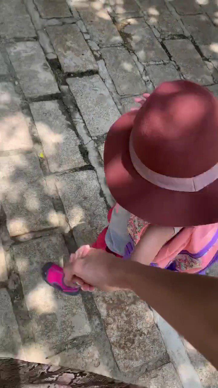 Tăng Thanh Hà dắt con gái đi học, vô tình làm lộ mặt gương mặt cô bé vì sự cố bất ngờ-1