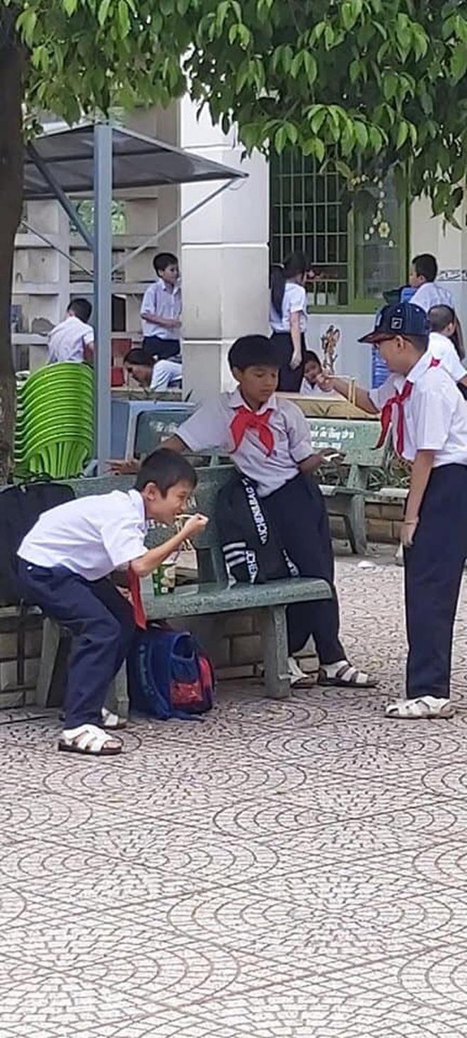 Khoảnh khắc đáng yêu nhất ngày: 3 cậu học sinh chia nhau ly mỳ ở ghế đá, tình anh em chí cốt đẹp đến thế là cùng-2