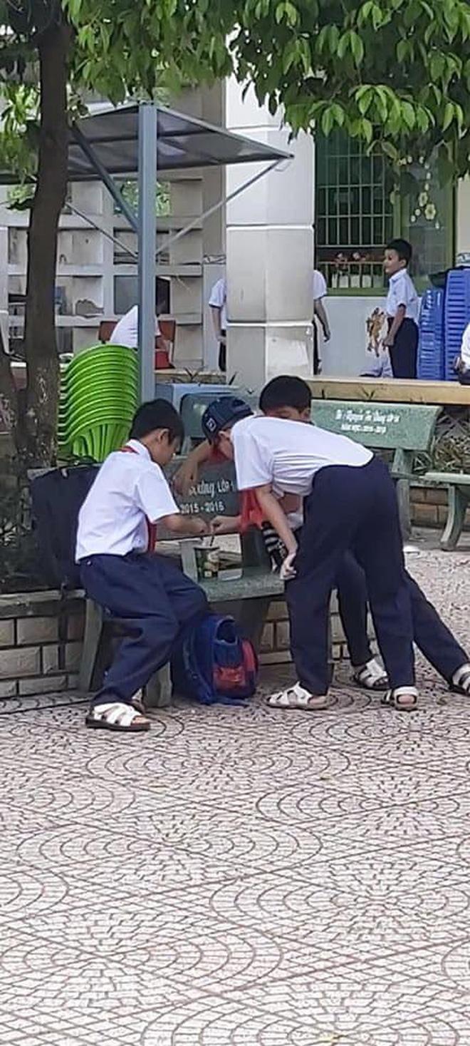 Khoảnh khắc đáng yêu nhất ngày: 3 cậu học sinh chia nhau ly mỳ ở ghế đá, tình anh em chí cốt đẹp đến thế là cùng-4