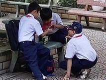Khoảnh khắc đáng yêu nhất ngày: 3 cậu học sinh chia nhau ly mỳ ở ghế đá, tình anh em chí cốt đẹp đến thế là cùng