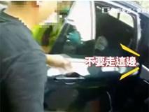 Con trai 2 tuổi bị kẹt trong ô tô, bố nhờ cảnh sát giải cứu nhưng cách anh