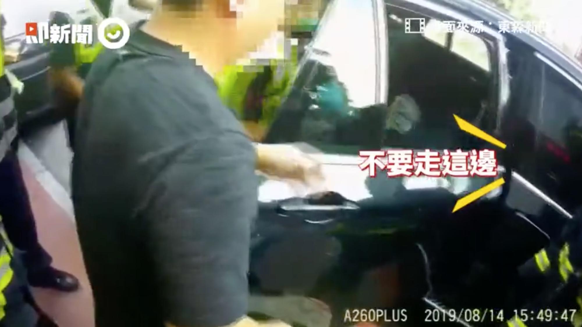Con trai 2 tuổi bị kẹt trong ô tô, bố nhờ cảnh sát giải cứu nhưng cách anh cám ơn cơ quan chức năng khiến ai cũng phẫn nộ-1