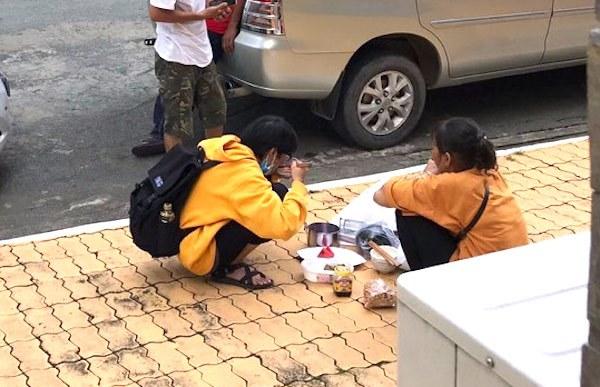 Bữa cơm giữa sân trường của người mẹ nghèo và cô sinh viên năm nhất-1