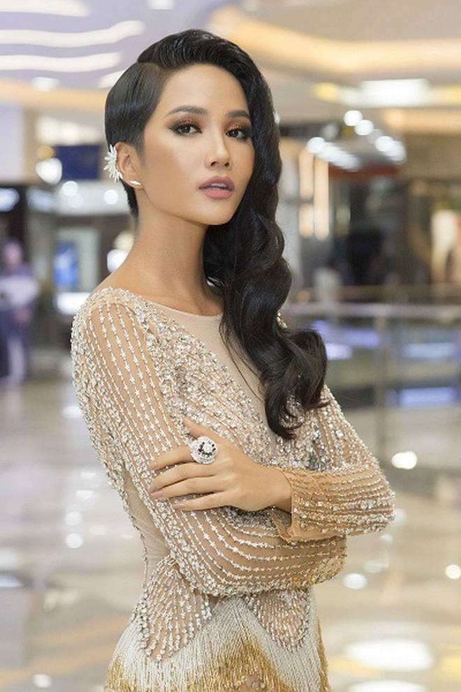 Kiểu tóc mới của H'Hen Niê: Sao lại giống Diệt Tuyệt sư thái thế này?-8