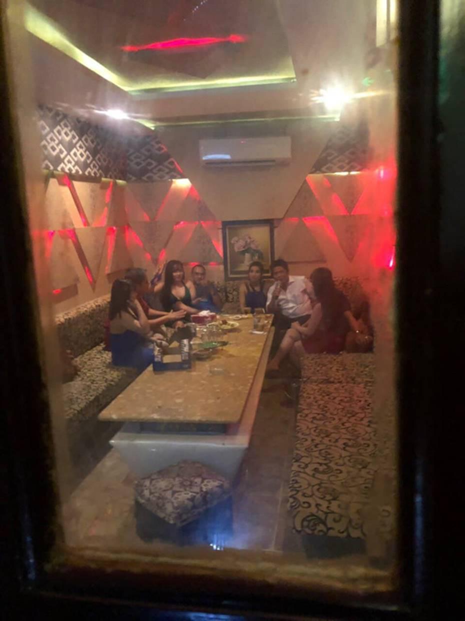 Tiếp viên ăn mặc hở hang phục vụ khách chơi ma tuý ở nhà hàng trung tâm Sài Gòn-1