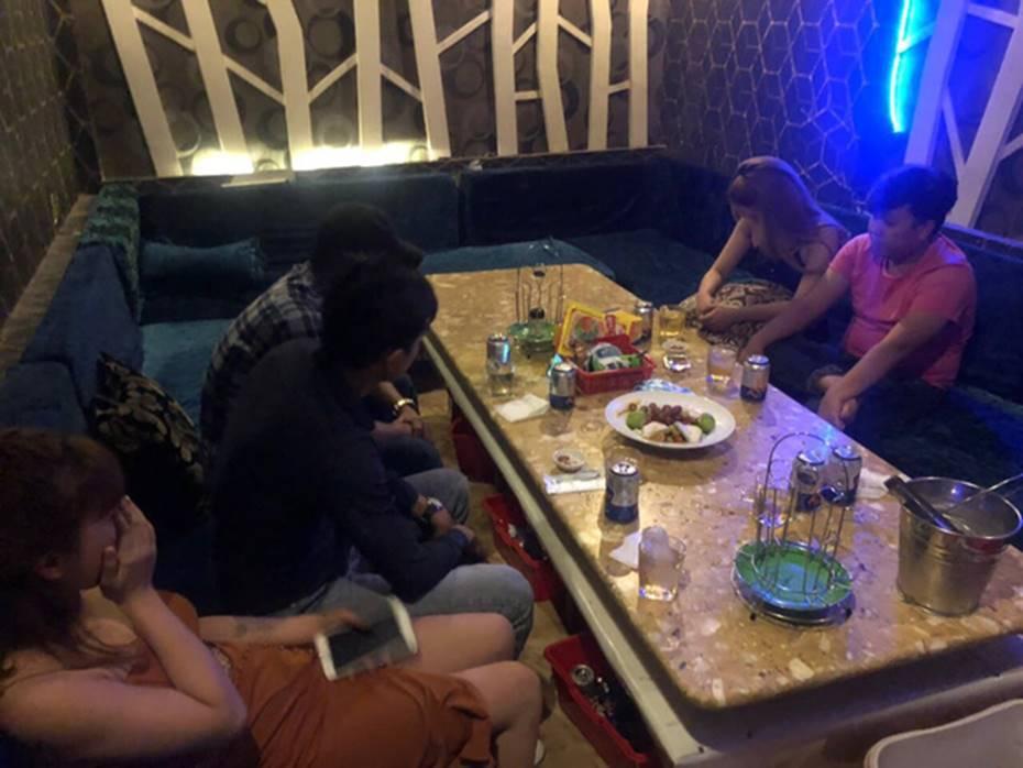 Tiếp viên ăn mặc hở hang phục vụ khách chơi ma tuý ở nhà hàng trung tâm Sài Gòn-3