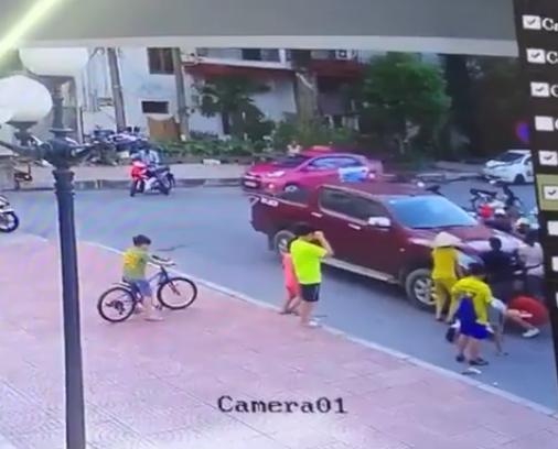 Bé trai chơi dưới lòng đường bị cuốn vào gầm xe bán tải, người dân phải nâng đầu xe để giải cứu cháu bé-3