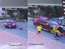 Bé trai chơi dưới lòng đường bị cuốn vào gầm xe bán tải, người dân phải nâng đầu xe để giải cứu cháu bé