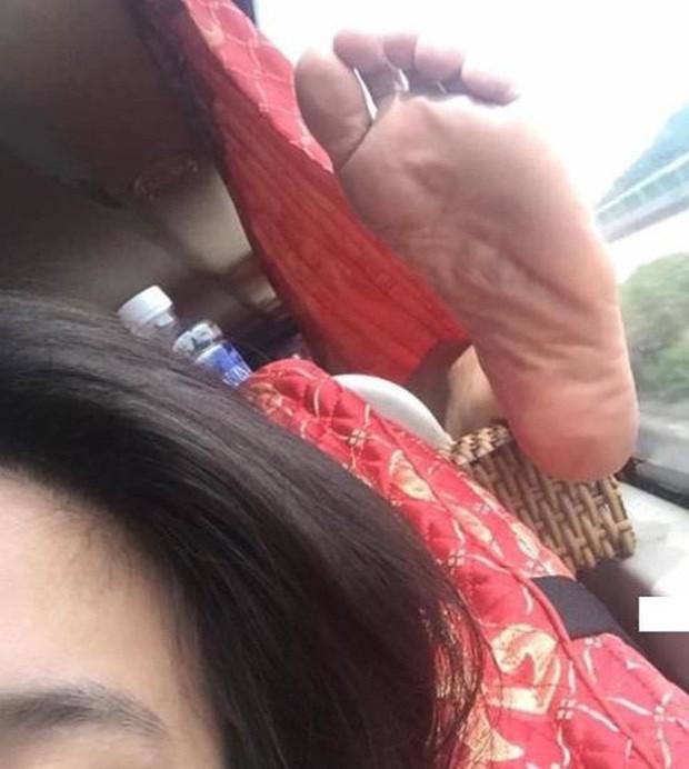 Ảnh kém sang: Nữ hành khách nằm ngửa trên ghế máy bay, khoe nguyên cặp giò về phía người ngồi cạnh-3