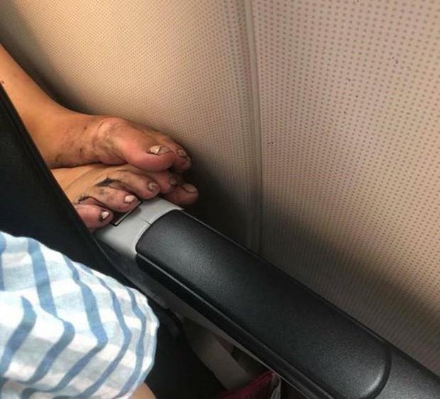 Ảnh kém sang: Nữ hành khách nằm ngửa trên ghế máy bay, khoe nguyên cặp giò về phía người ngồi cạnh-4