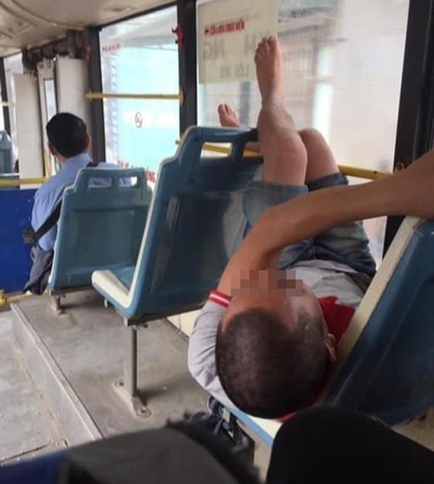 Ảnh kém sang: Nữ hành khách nằm ngửa trên ghế máy bay, khoe nguyên cặp giò về phía người ngồi cạnh-6