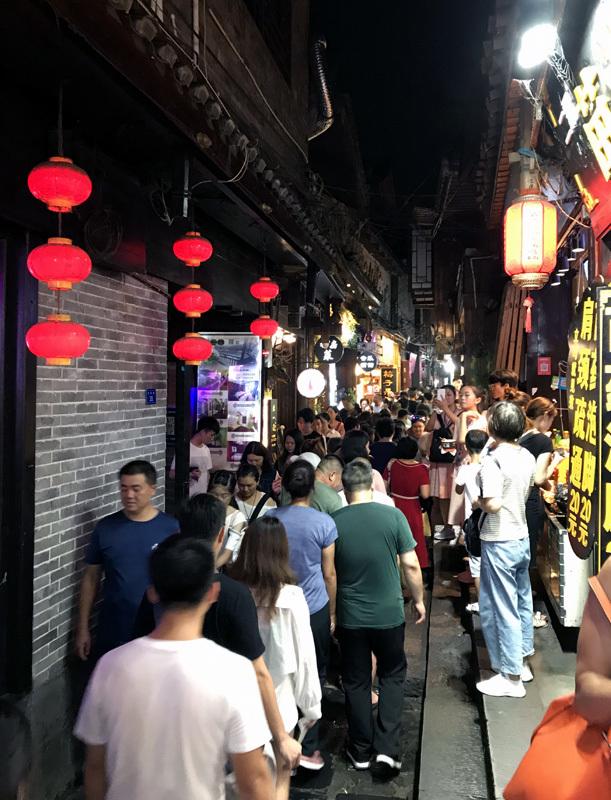 50 ngàn khách Việt, nhẵn túi khi đến Phượng Hoàng cổ trấn-10