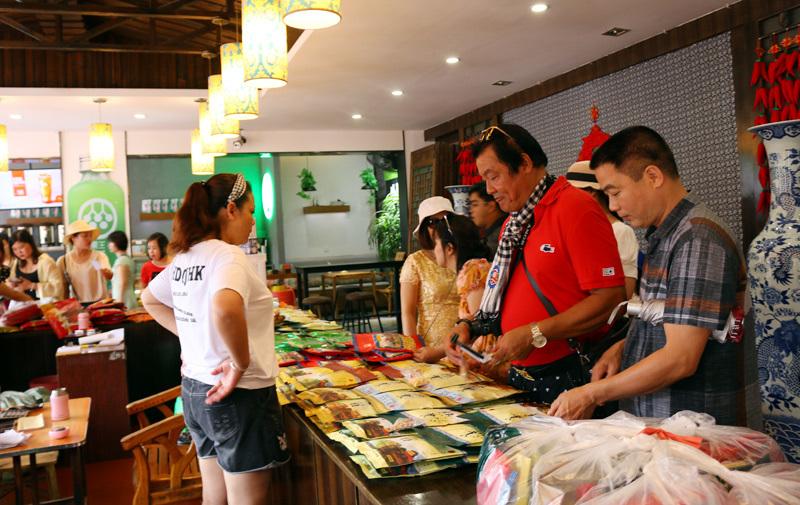 50 ngàn khách Việt, nhẵn túi khi đến Phượng Hoàng cổ trấn-11