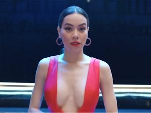 Thời trang khoe 'da thịt' gây sốc của Hồ Ngọc Hà trong MV mới