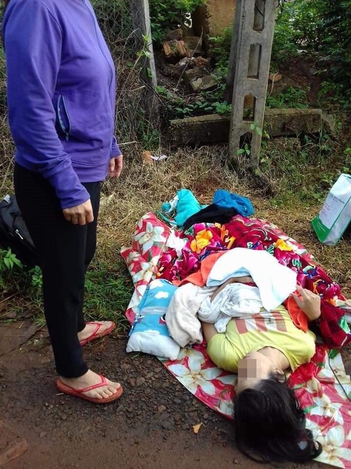 Gia đình sản phụ bị taxi đuổi xuống đường khiến bé trai sơ sinh tử vong tiết lộ tài xế chỉ lót cho người mẹ tấm nylon rồi phóng xe đi thẳng-1