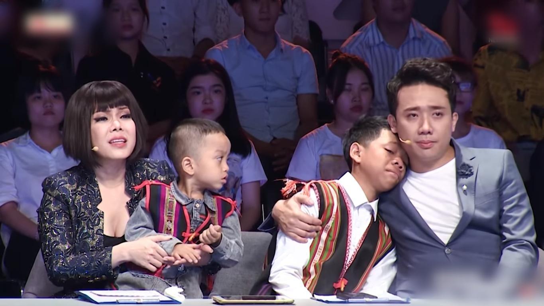 Trấn Thành, Việt Hương oà khóc trước cô gái nuôi 2 đứa trẻ suýt bị chôn sống-7