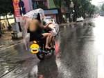 Ngả ngớn trên xe máy sau cơn mưa, hai thanh niên nhận cái kết chổng vó lên trời-4