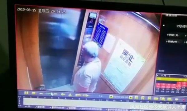 Yêu râu xanh 63 tuổi quấy rối bé gái trắng trợn trong thang máy, cảnh sát không thể bắt giữ vì bệnh người già khiến mọi người phẫn nộ-1
