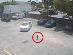 Nhân viên siêu thị tung chiêu trả đũa bá đạo dằn mặt tài xế đỗ xe ẩu-4
