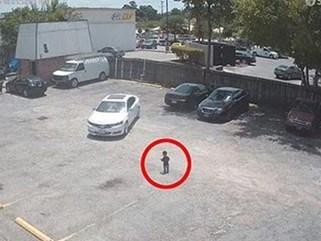 Bỏ mặc con trai đi một mình trong bãi đỗ xe, bà mẹ trẻ hối hận xé lòng