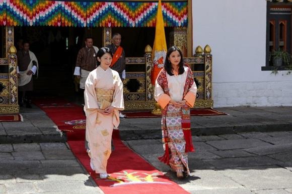 Hoàng hậu Bhutan đọ sắc Thái tử phi Nhật Bản nhưng 2 Hoàng tử nhỏ mới là tâm điểm chú ý, khiến người dùng mạng rần rần-2
