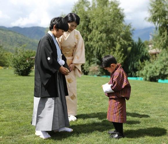 Hoàng hậu Bhutan đọ sắc Thái tử phi Nhật Bản nhưng 2 Hoàng tử nhỏ mới là tâm điểm chú ý, khiến người dùng mạng rần rần-3