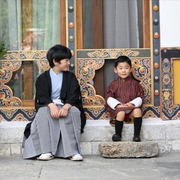 Hoàng hậu Bhutan đọ sắc Thái tử phi Nhật Bản nhưng 2 Hoàng tử nhỏ mới là tâm điểm chú ý, khiến người dùng mạng rần rần-4