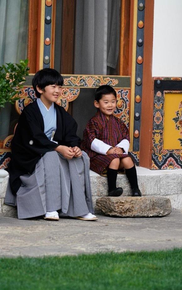 Hoàng hậu Bhutan đọ sắc Thái tử phi Nhật Bản nhưng 2 Hoàng tử nhỏ mới là tâm điểm chú ý, khiến người dùng mạng rần rần-5