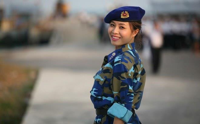 Hình ảnh sexy đối lập khi lên hình của MC Chúng tôi là chiến sĩ-2