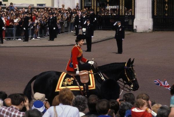 Hai vụ ám sát hụt bị giấu kín gần 40 năm: Chỉ trong 1 năm Nữ hoàng Anh 2 lần suýt mất mạng, danh tính những kẻ chủ mưu không ai ngờ-9