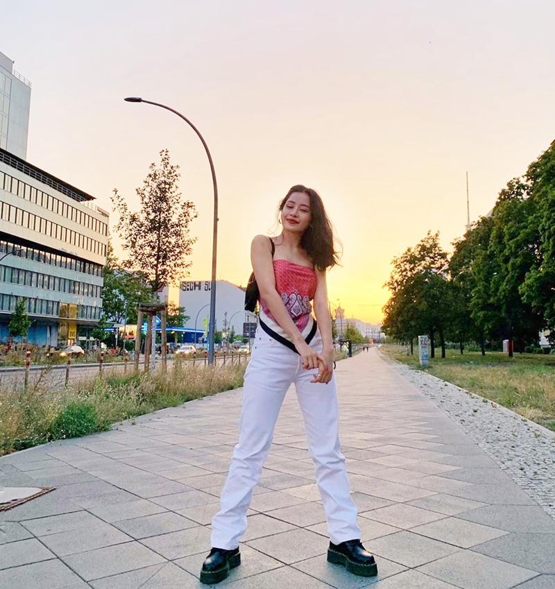 Linh Ka khoe street style như không mặc quần - Nhật Lê lăng-xê quần shorts 5 phân-4