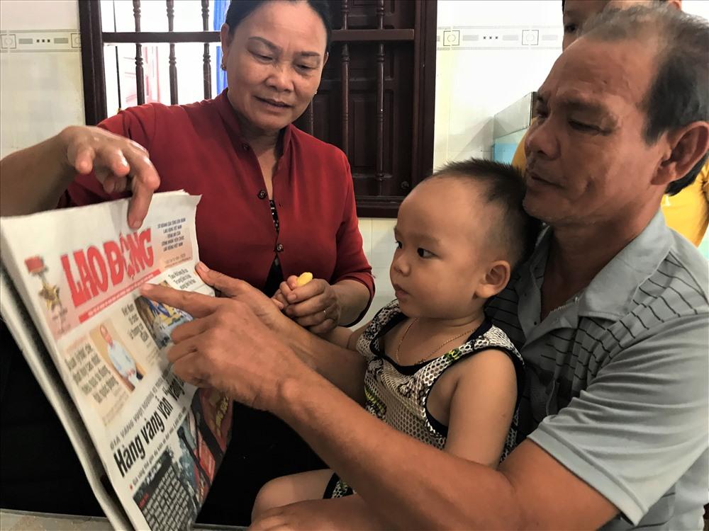 Bé trai 2 tuổi biết đọc báo, phát âm tiếng Anh-1