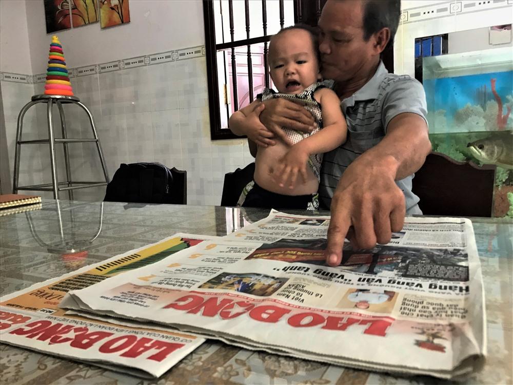 Bé trai 2 tuổi biết đọc báo, phát âm tiếng Anh-3