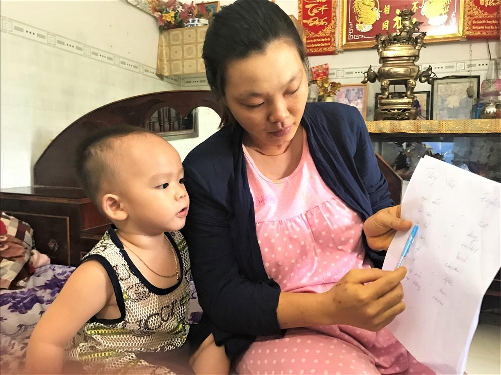 Bé trai 2 tuổi biết đọc báo, phát âm tiếng Anh-4