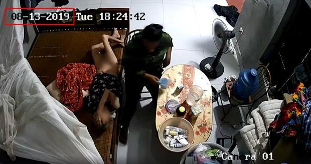 Phẫn nộ clip người giúp việc bóp miệng cụ bà nằm liệt giường để đổ sữa, đánh tát dã man như kẻ thù-1
