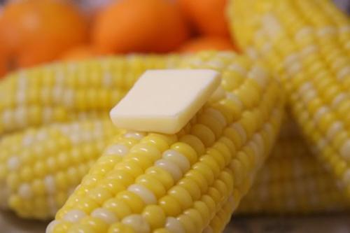 Luộc ngô chỉ cần thả thêm thứ này vào, đảm bảo hạt ngô vàng ươm căng mọng lại ngon ngọt bất ngờ-2