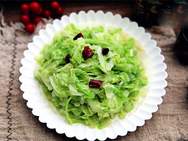 Thả thứ này vào xào cùng bắp cải, sau 2 phút có đĩa rau giòn ngon hơn ngoài hàng-1
