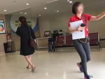 Mặc đồ bộ vội vã ôm con vào bệnh viện lúc 3h sáng, người mẹ bức xúc khi bị một cô gái cười cợt rồi chụp ảnh lén