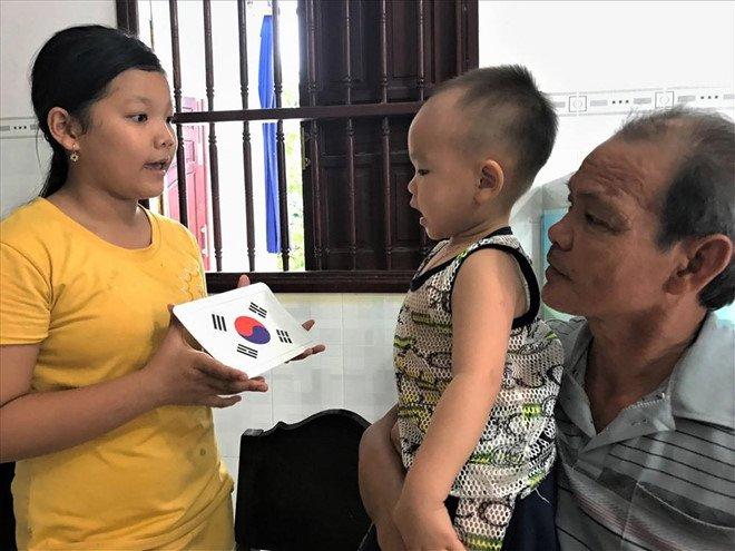 """Choáng với thần đồng"""" 2 tuổi ở Hậu Giang đọc báo và phát âm tiếng Anh vanh vách-1"""