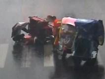 Cô gái che cho người phụ nữ bị tai nạn dưới mưa trong 20 phút