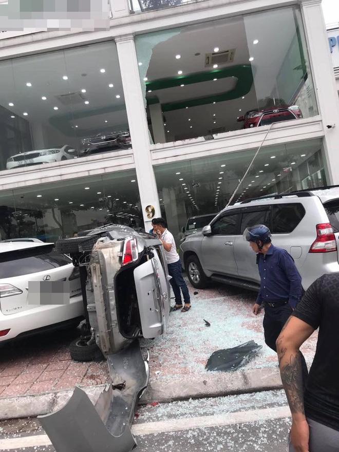 Hà Nội: Bay từ tầng 2 showroom xuống, chiếc Vios khiến 2 ô tô dưới đất gặp họa-2