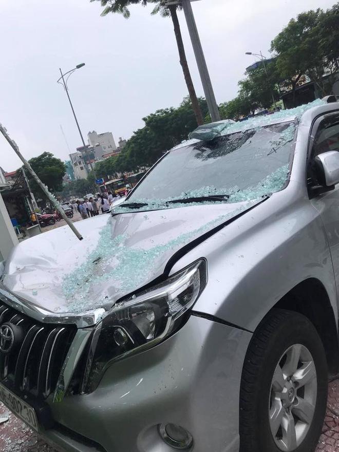 Hà Nội: Bay từ tầng 2 showroom xuống, chiếc Vios khiến 2 ô tô dưới đất gặp họa-4